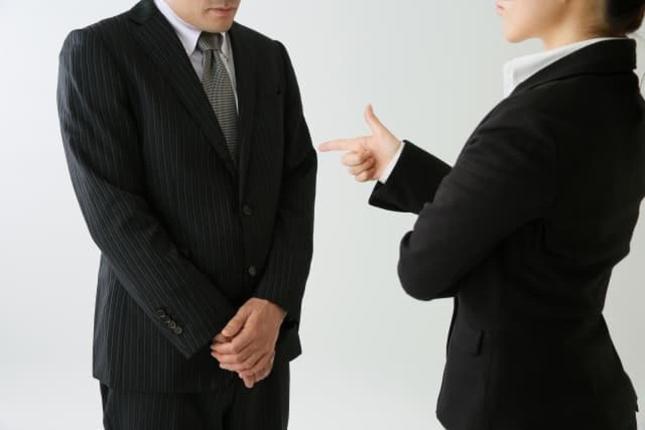説教するビジネスパーソン
