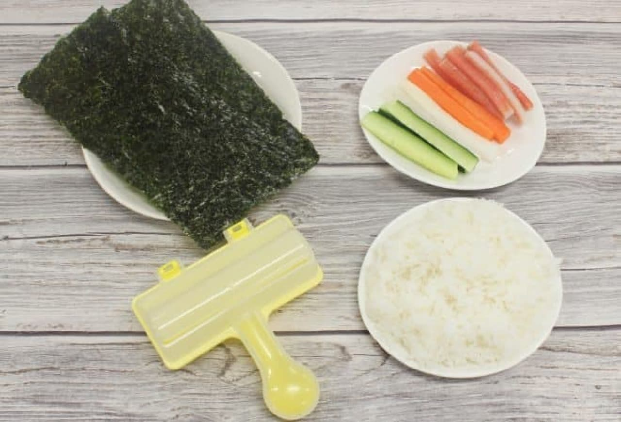 「ふりふり のり巻き型」はご飯をいれて振るだけで、簡単にのり巻きが作れる便利アイテム