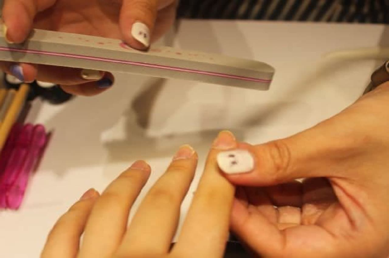"""「ツメコ」は、一度に5本の指にネイルデザインをプリントできる""""最新ネイルプリンター""""を導入したジェルネイルサービス"""