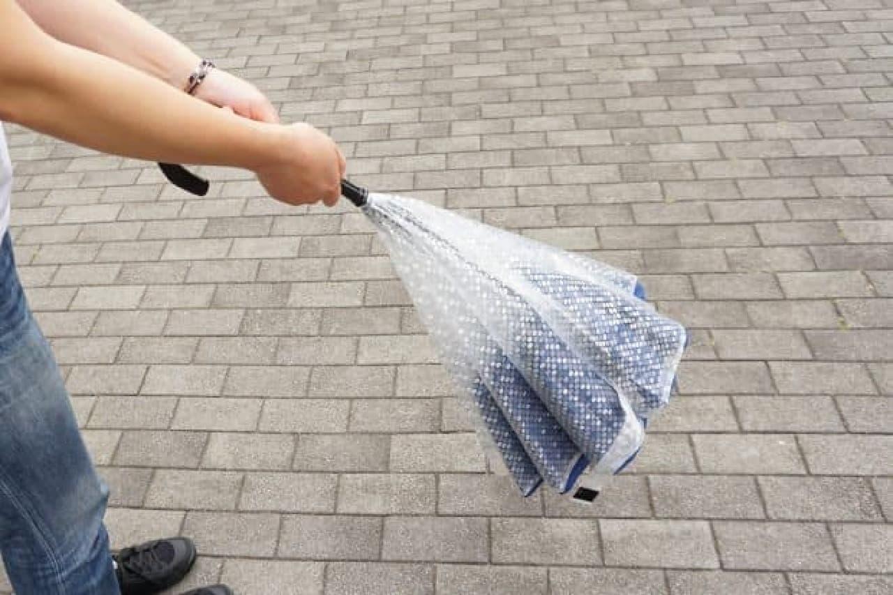手が濡れない傘「CARRY saKASA(キャリーサカサ)」