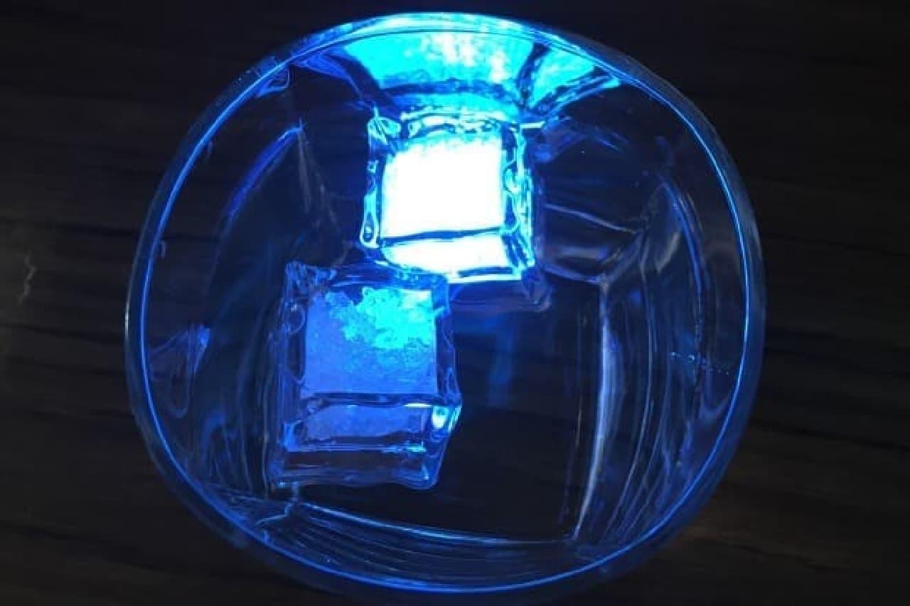 ダイソー「水に浮かんで光るLEDキューブライト」