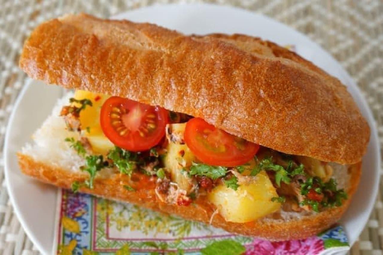 ハリッサとポテト、サバ缶のサンドイッチ