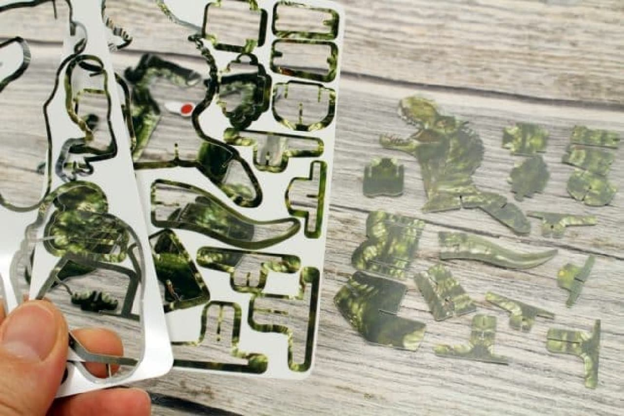 ダイソーの「動く3Dパズル」恐竜