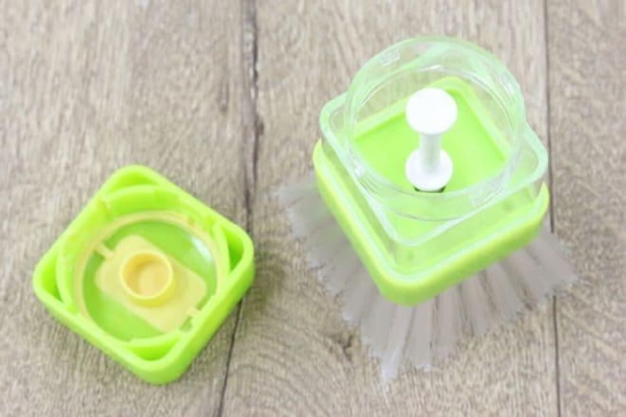 ブラシとフタ付きの容器が一体型になった商品