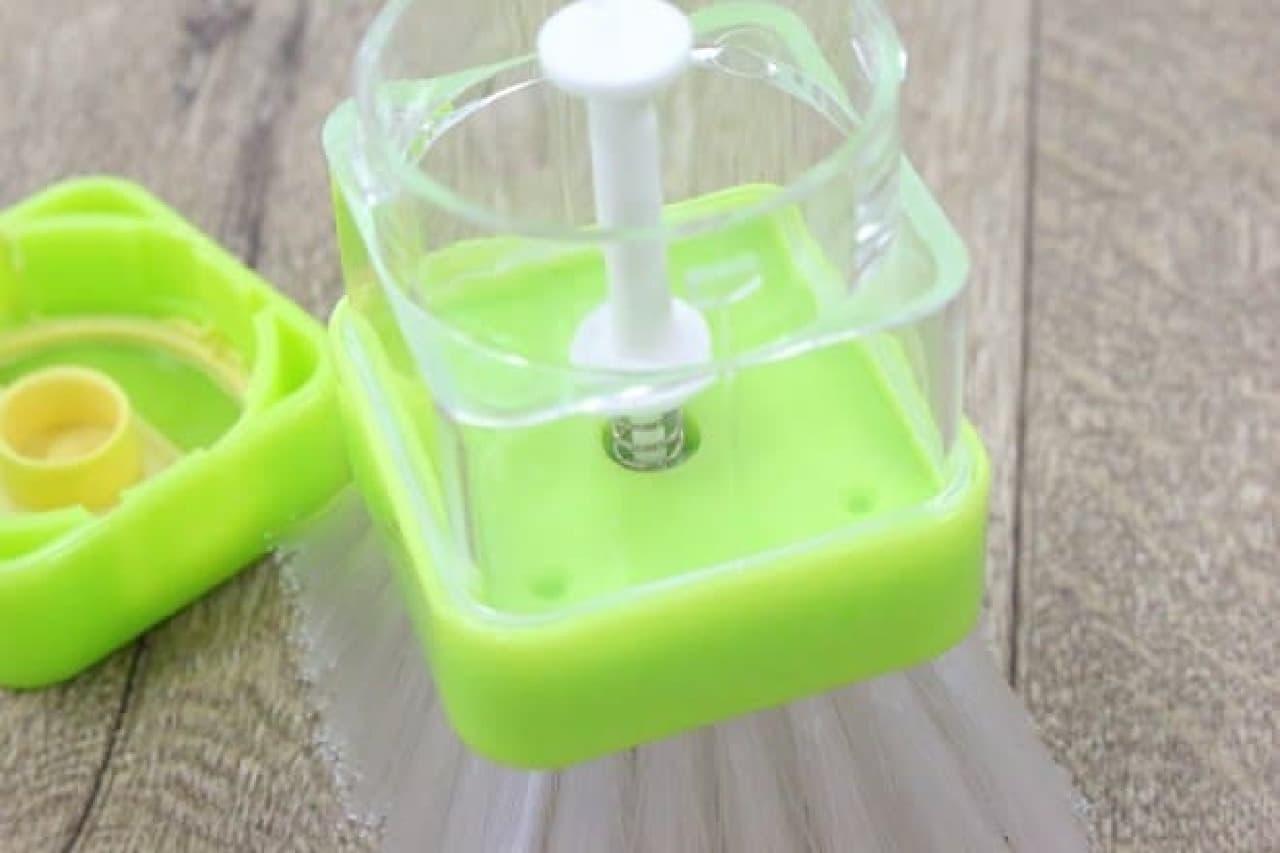 100均の洗剤容器付きキッチンブラシ「プッシュウォッシュ」