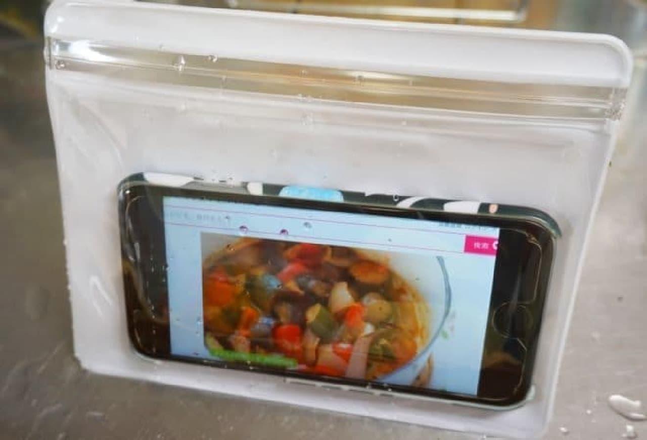 ダイソー「立てて見れる防水ソフトケース」スマートフォン用スタンド型