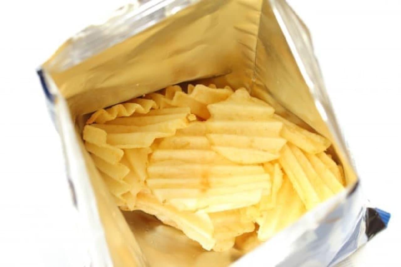 カルビーのポテトチップス「ザ・ポテト うす塩味」と「ベイクドオニオン味」