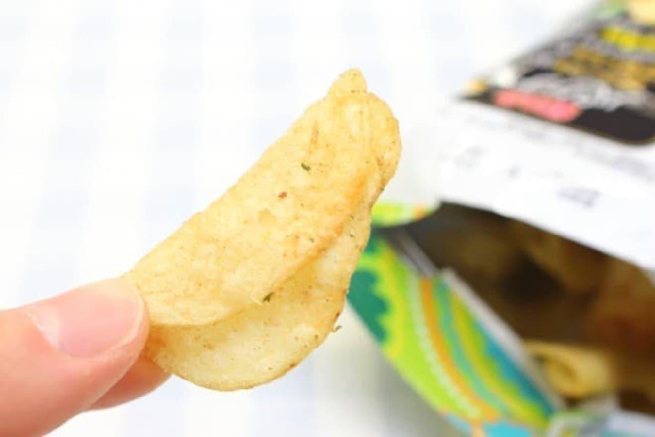 カルビー「噛みしめてクセになるポテトチップスパクチー味」
