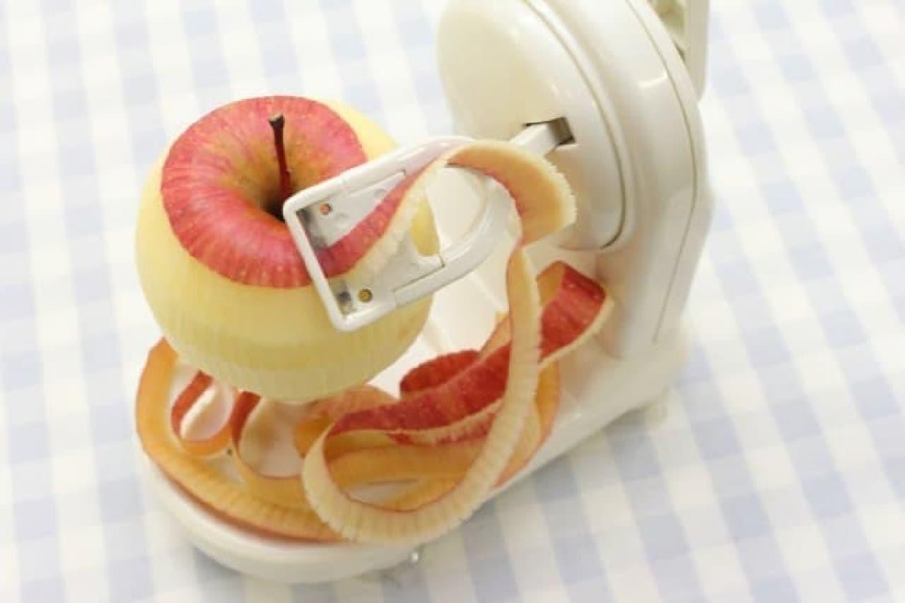 リンゴの皮むきに便利なアップルピーラー(回転式)