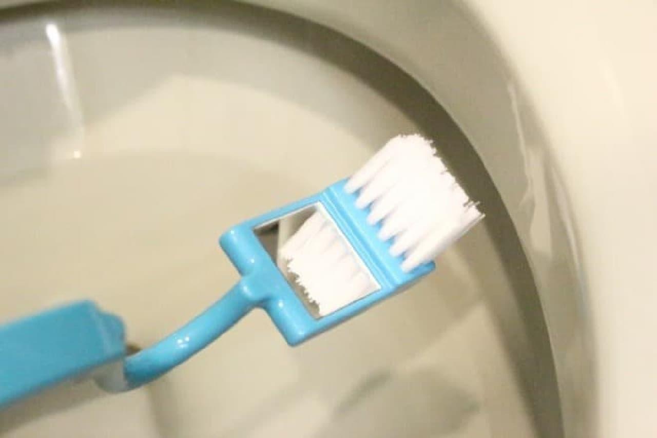 100均のトイレブラシ鏡付きとくねっとトイレブラシ
