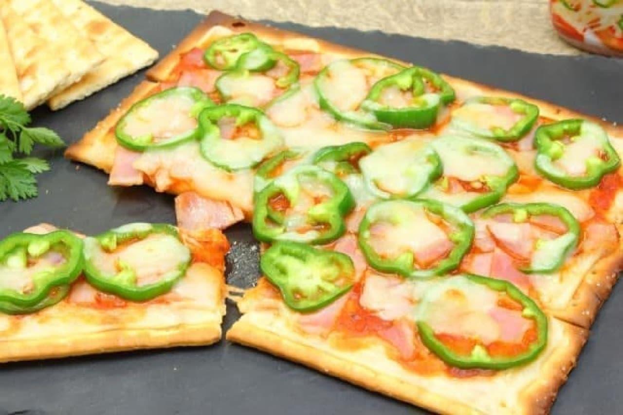 クラッカーで作る簡単ピザのレシピ--チーズやベーコンをたっぷりのせてトースターへ