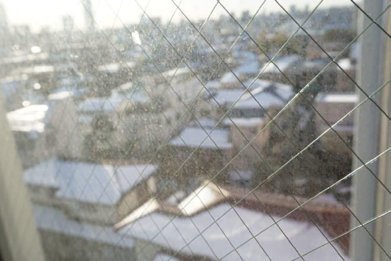 汚れたベランダの窓