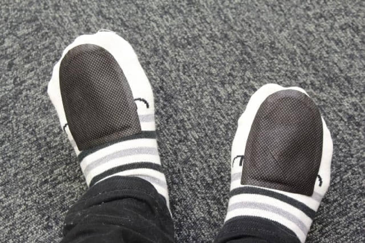 手首や靴下に装着する専用カイロの巻きポカ 手首用や足の冷えない不思議な足もとカイロ
