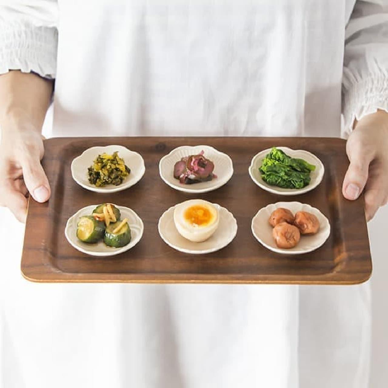 栗原はるみさんプロデュース、黄色のフライパンや花型のお皿など