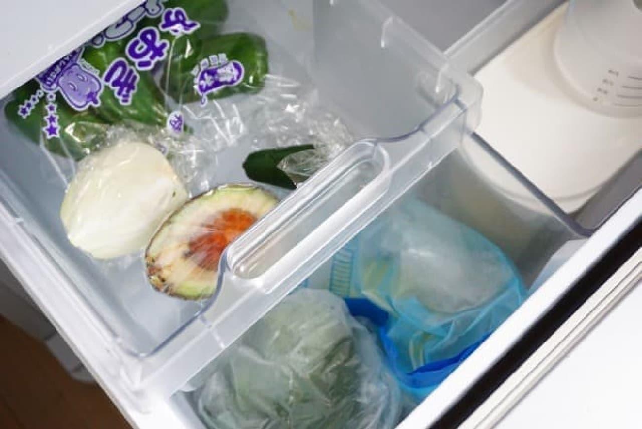 100均のクラフトバッグを野菜室の仕切りに