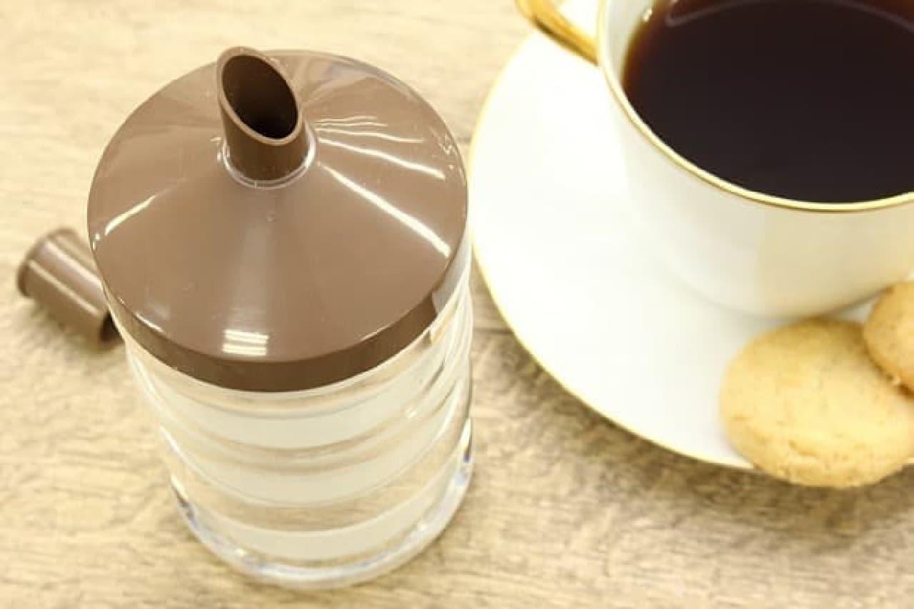 スプーン1杯分の砂糖を簡単に計量できるワンタッチ シュガーポット