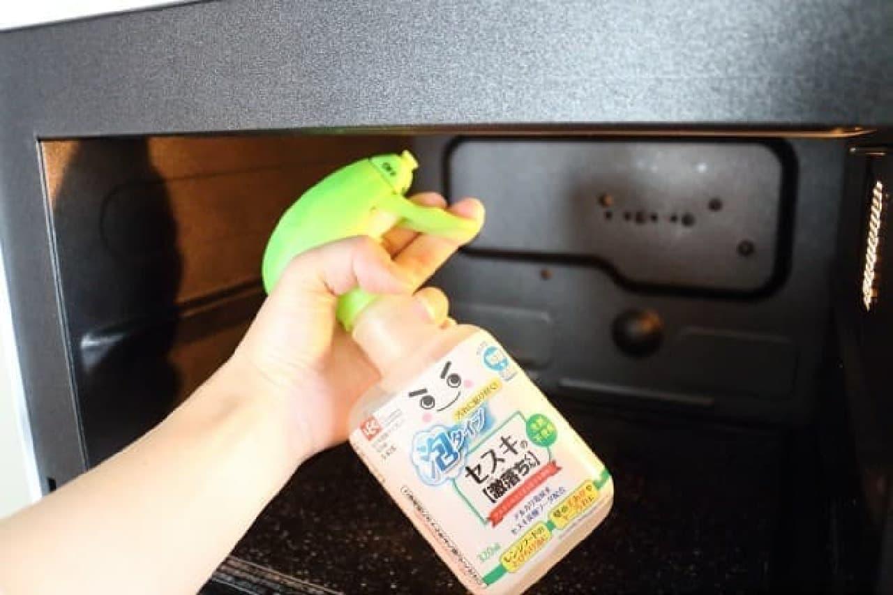 油汚れを落とす、台所掃除に役立つ「セスキの激落ちくん 密着泡スプレー」