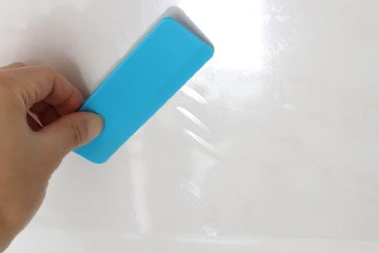 キッチンの壁を汚れから守る「はがせる透明シート 三層タイプ」
