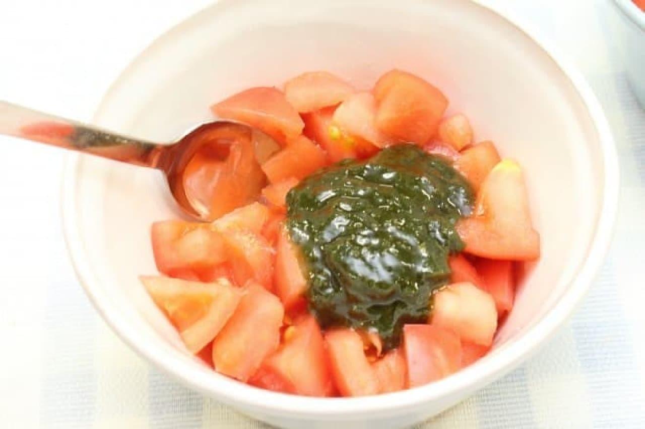 パスタソースをアレンジ、トマトと混ぜるだけでできるブルスケッタの簡単レシピ