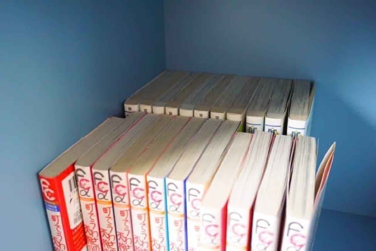 マンガ本の並んだ本棚