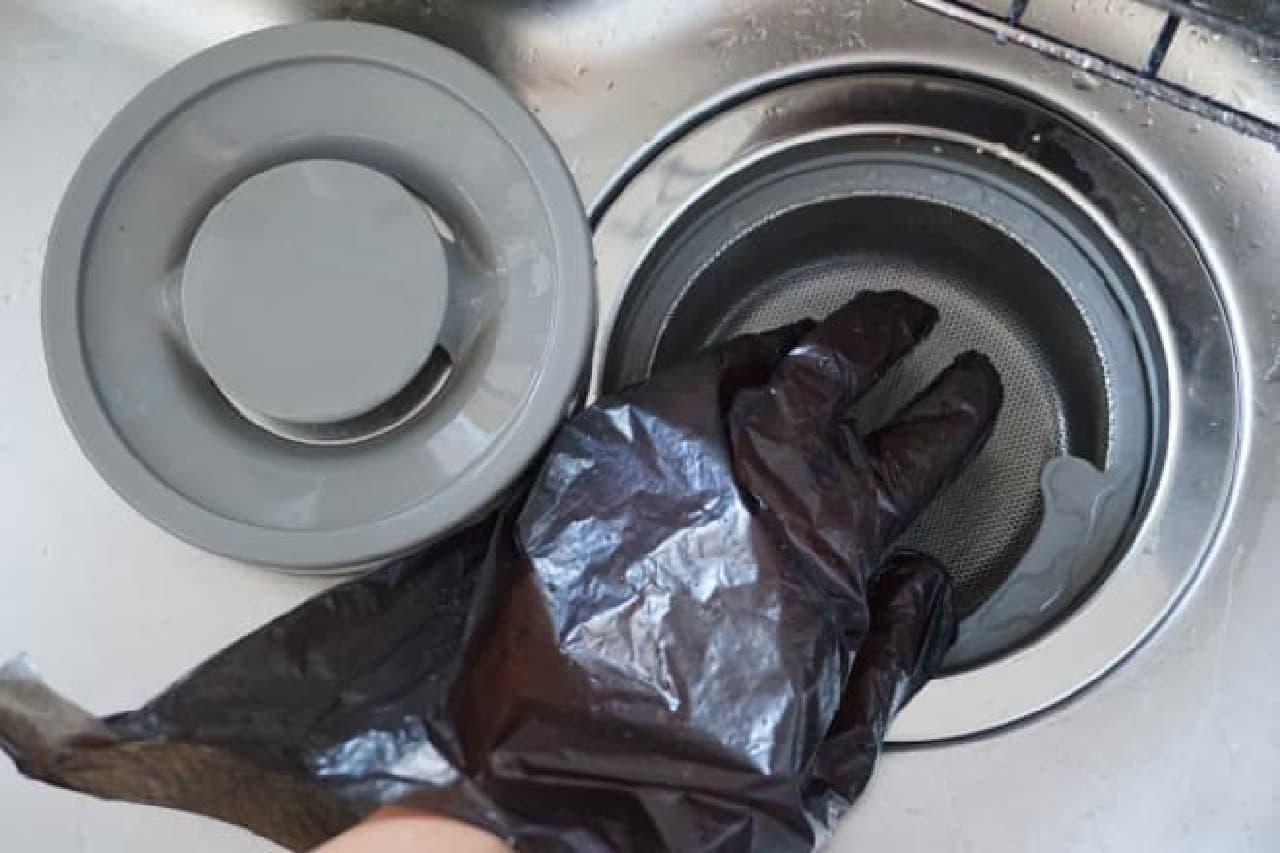 ダイソーのゴミ取り手袋「くるんポイ」