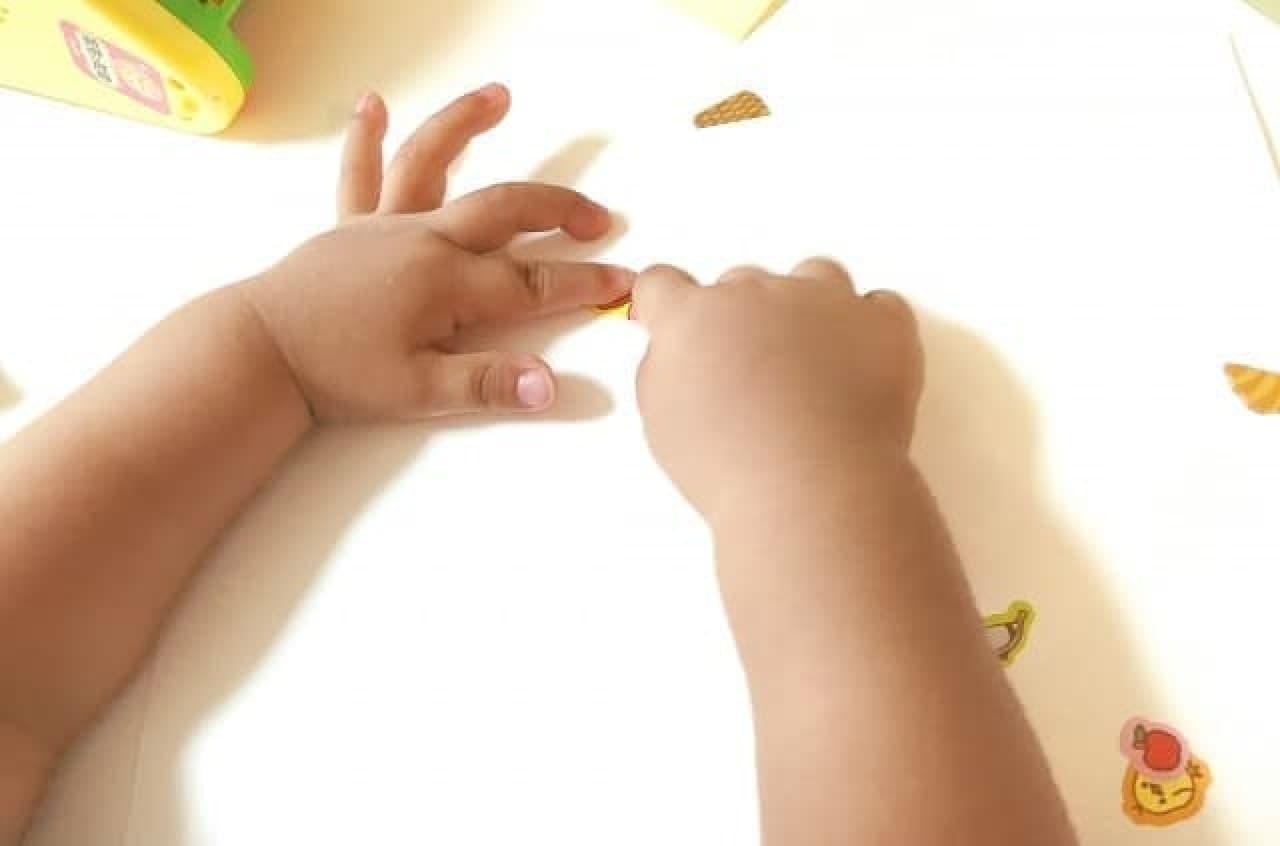 シール遊びをする赤ちゃん