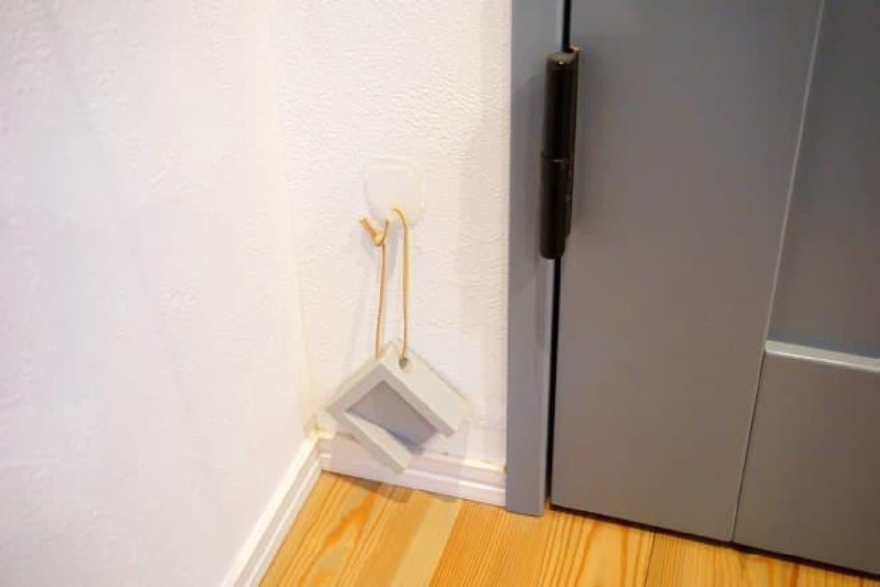 ダイソー「壁紙に貼れる壁紙用フック」