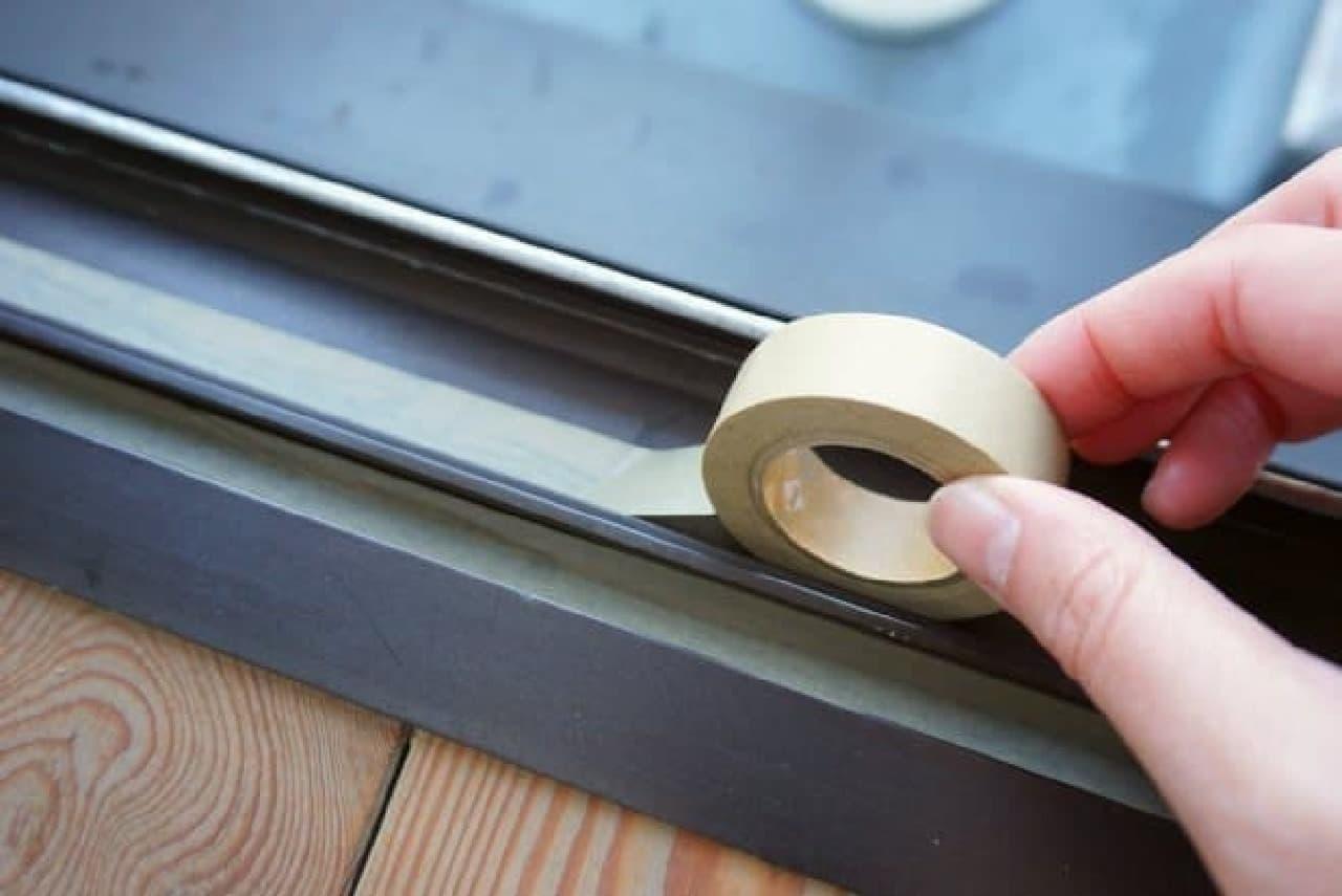 窓サッシにマスキングテープ