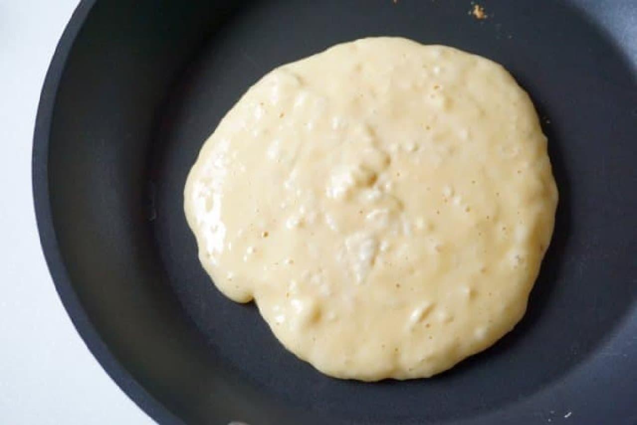 フライパンで焼くホットケーキ