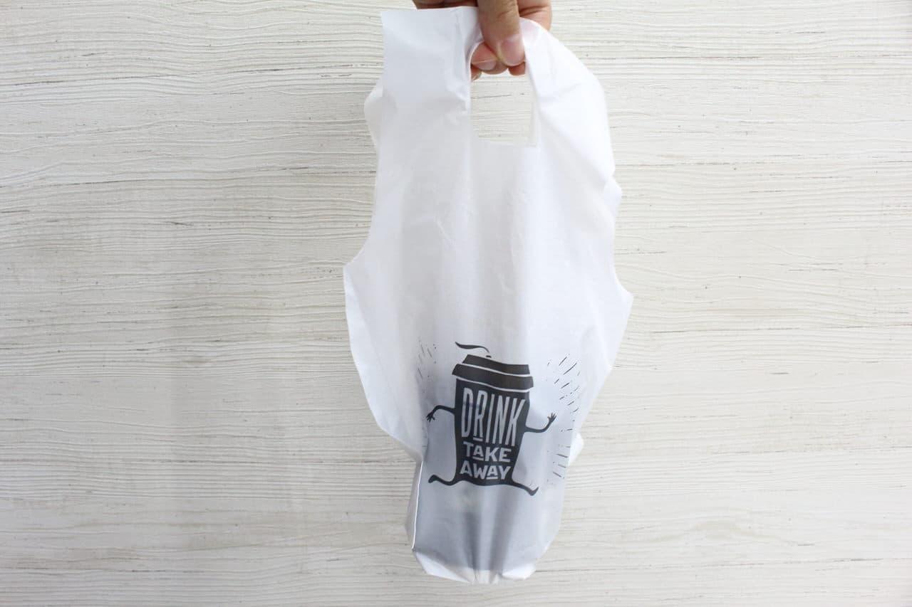 コンビニコーヒーなどカップドリンクの持ち運びに役立つ100均のドリンクテイクアウトバッグは雨の日に便利、指先も快適に