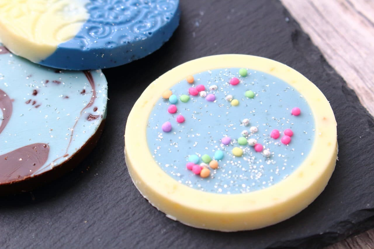 チョコレート専門店ベルアメールの青色のパレショコラ、春夏限定のラムネ、チョコミント、ブルーアールグレイ