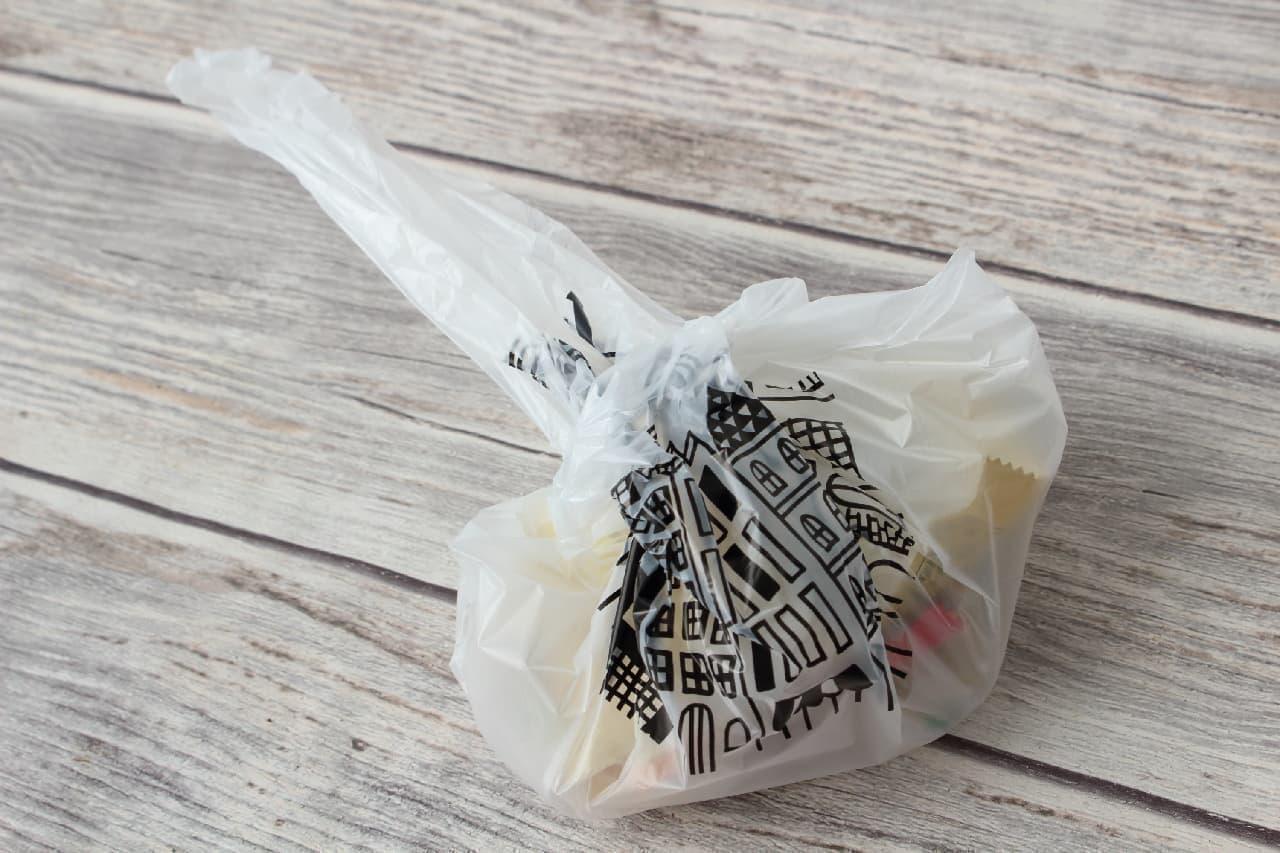 100円ショップのおしゃれで小さいゴミ袋、自立型で食卓や洗面台、キッチンに便利