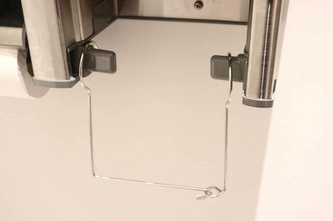 収納力アップ、引っ掛けるだけの100均のトイレットペーパーストッカー--吊り下げ保管で急な補充もラク