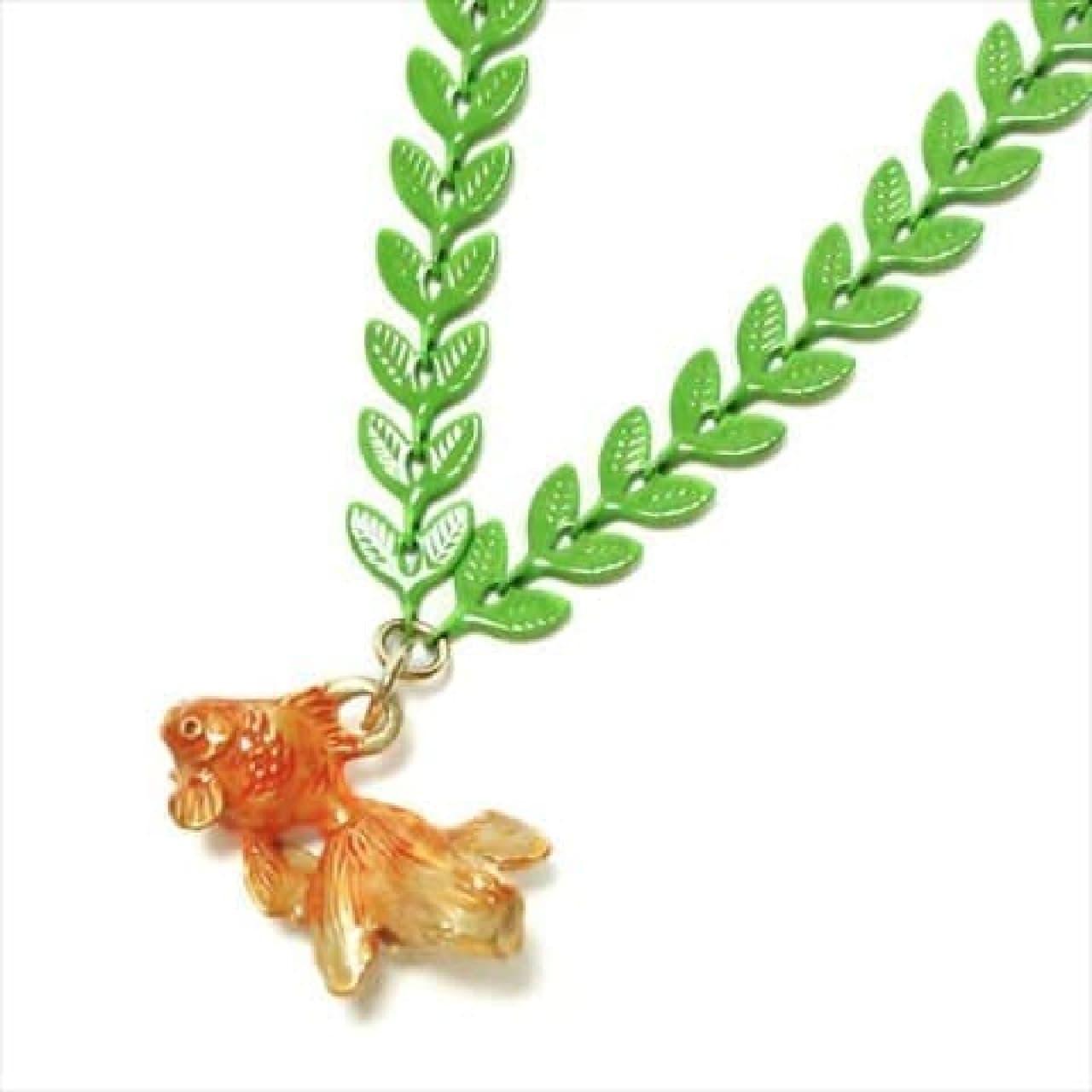 ヴィレッジヴァンガードオンライン店にて「金魚特集」が開始。さまざまな姿の金魚をモチーフにした雑貨やアクセサリー