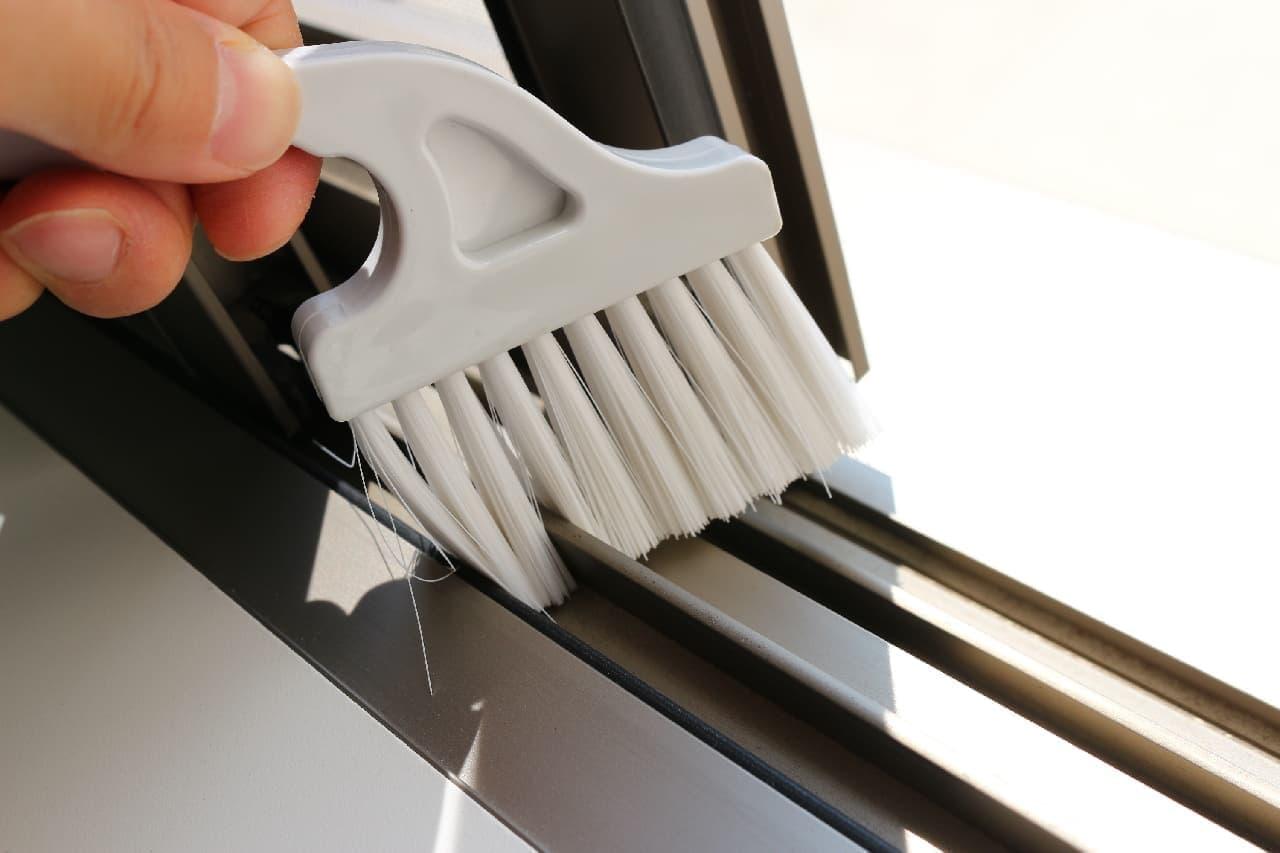 窓のサッシの汚れを掃除するのに便利なダイソーのスクレーパー付サッシブラシ