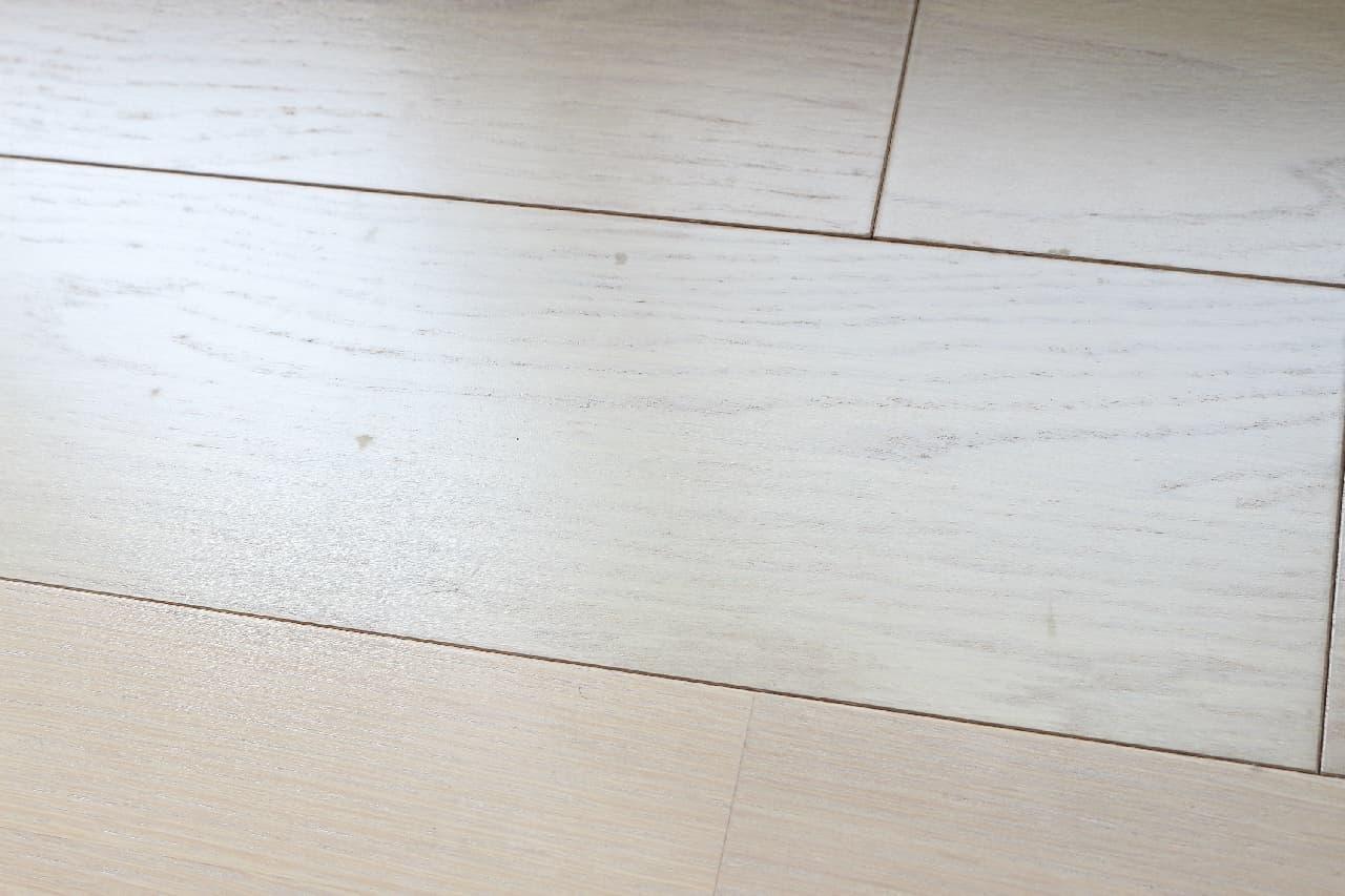 汚れを落としてツヤ出しも--床を簡単&きれいに掃除できるフローリング用のマジックリン