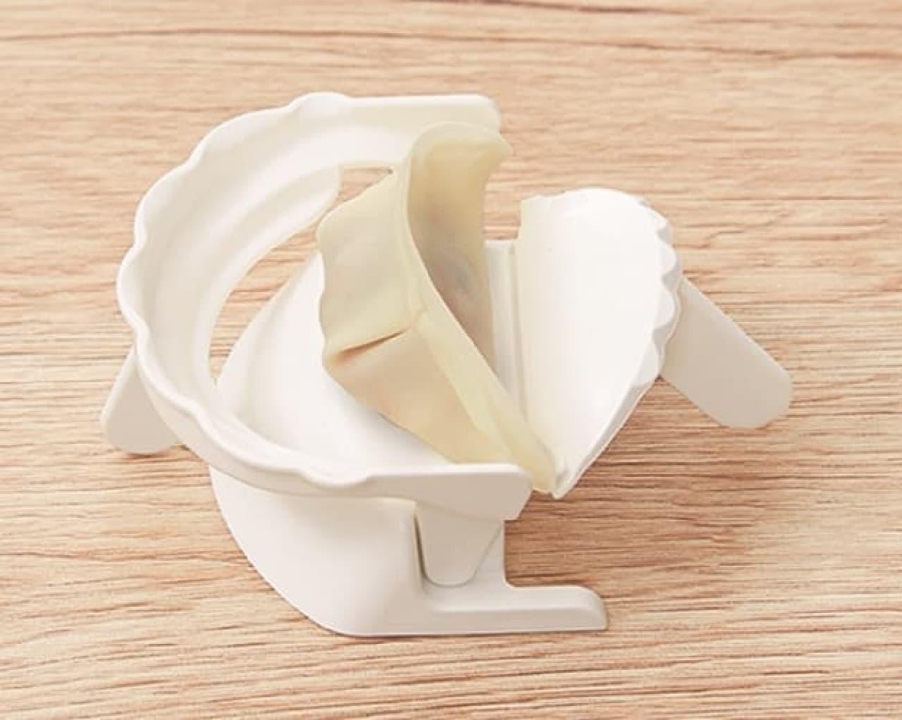 プロのような餃子を簡単に--立体的に包めて焼き目もきれいになる型がマーナから