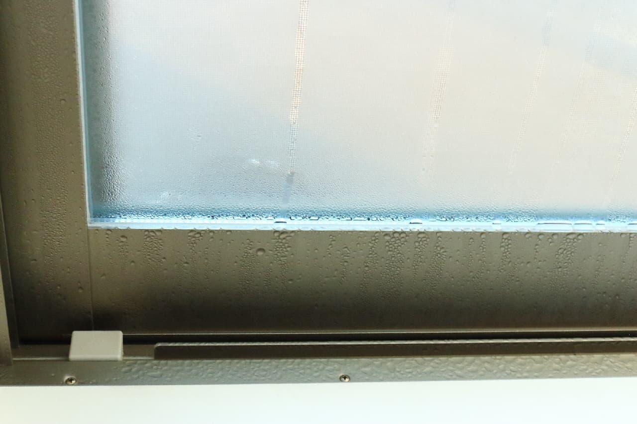 窓のびちょびちょ対策に!100均の可愛い結露テープ--雪だるまのデコレーションも♪