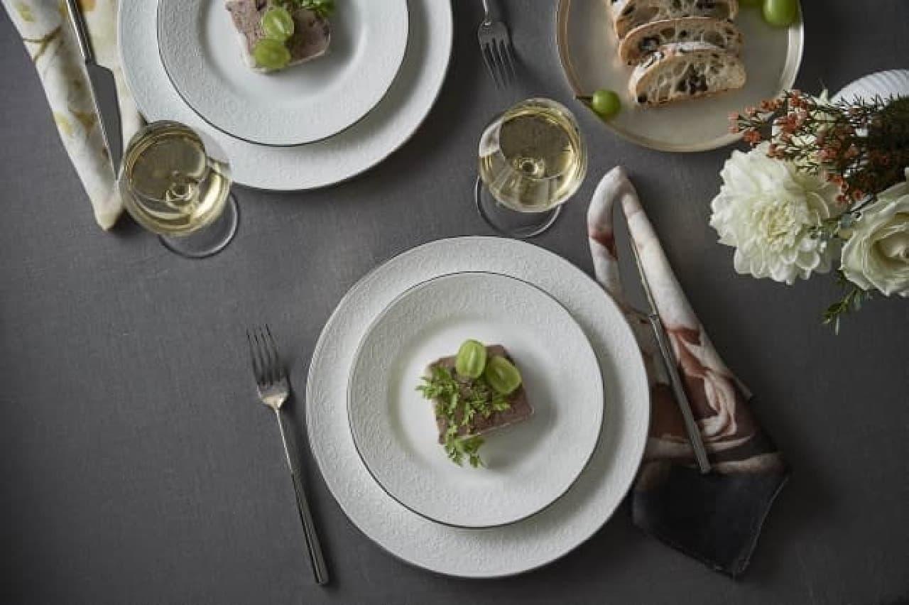 ウェッジウッドから、フェミニンな洋食器のシリーズ「イングリッシュ レース」