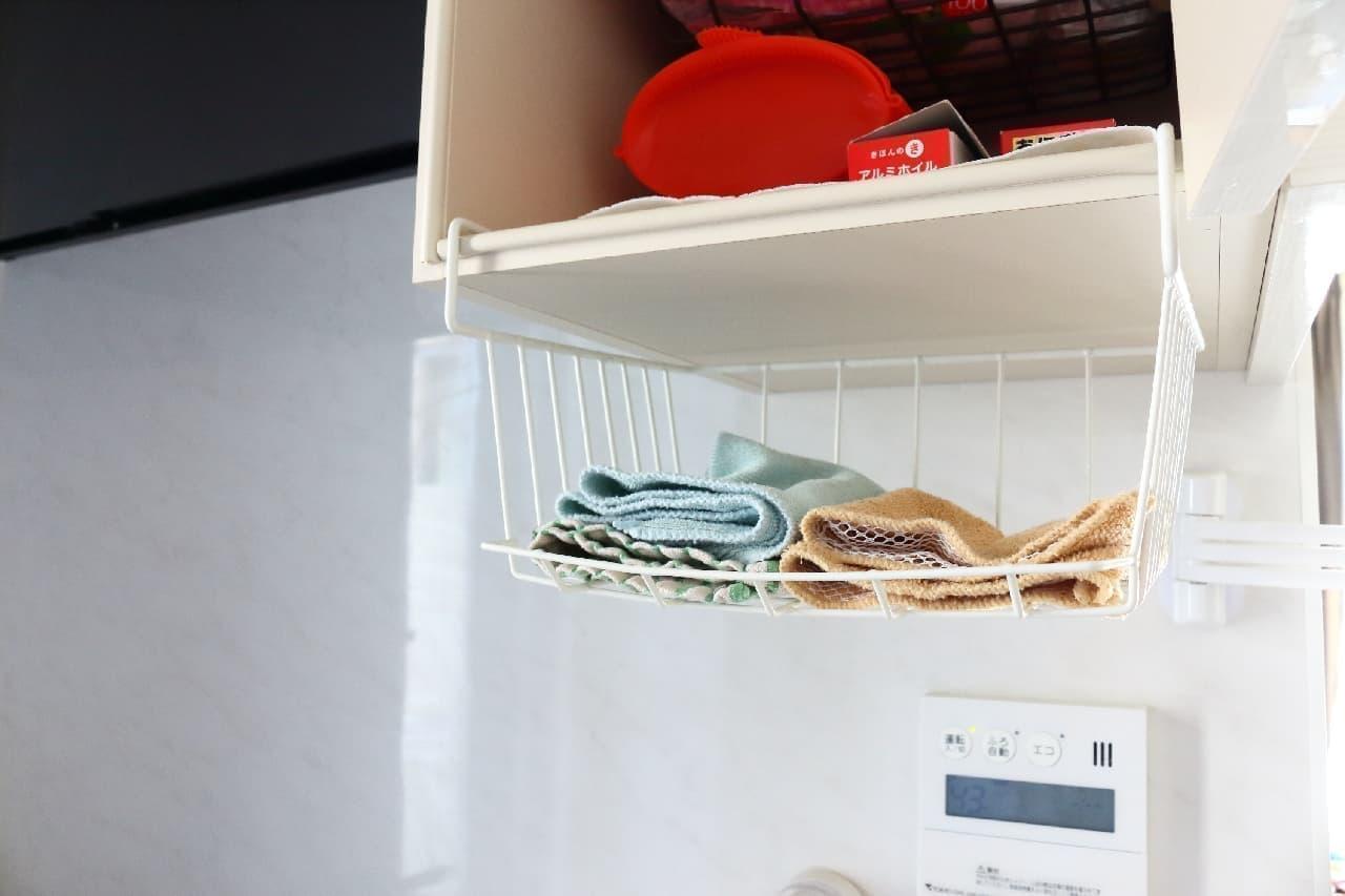 収納をどんどん増やせる!ダイソー「吊り下げワイヤーバスケット」--台所の戸棚やカウンター下に