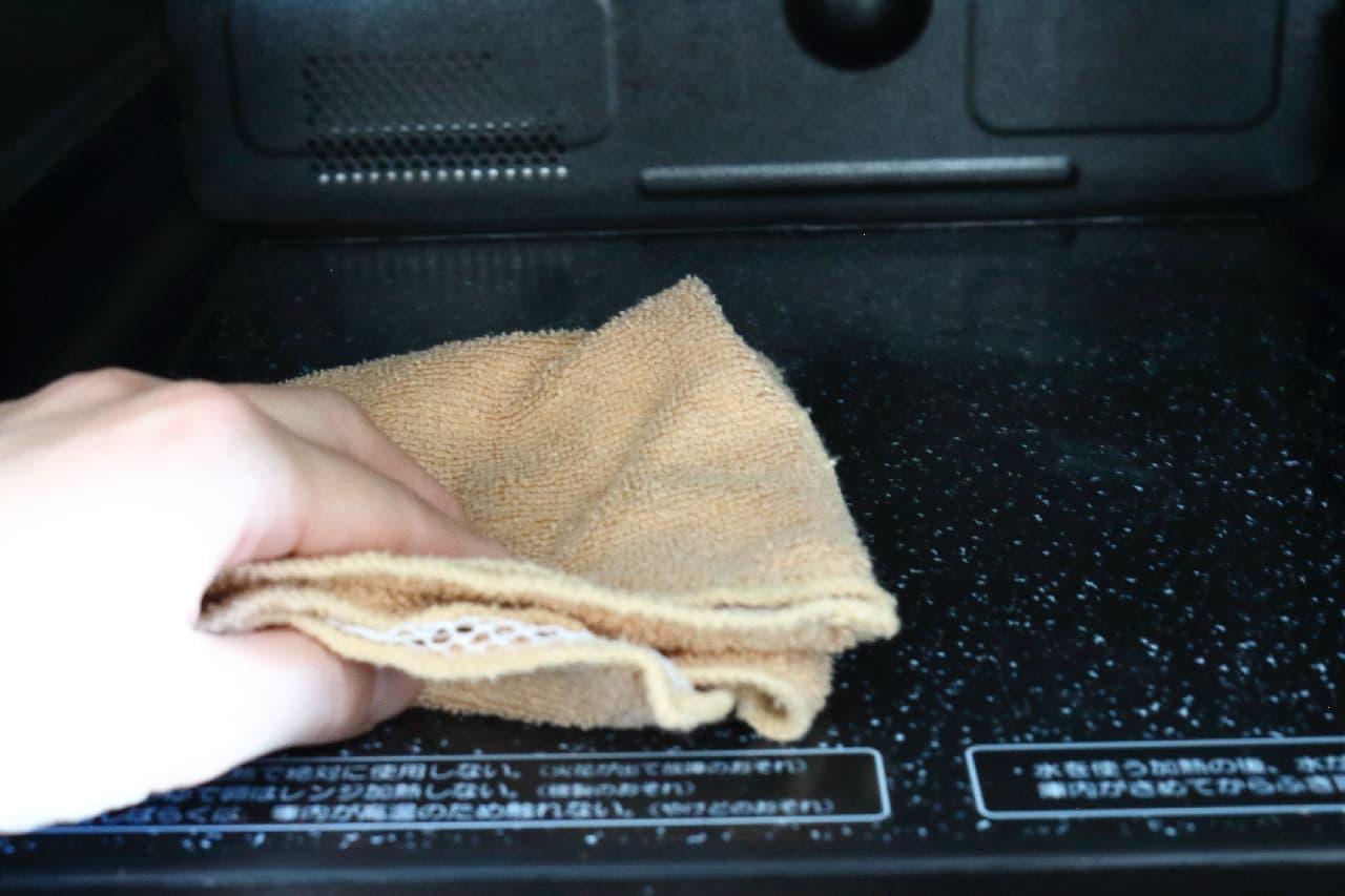 ステップ5、水拭きをして仕上げ、扉をしばらく開けたままにして庫内を乾かします