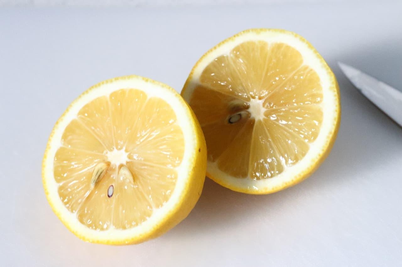 ステップ2、電子レンジから取り出したレモンを半分に切ります。