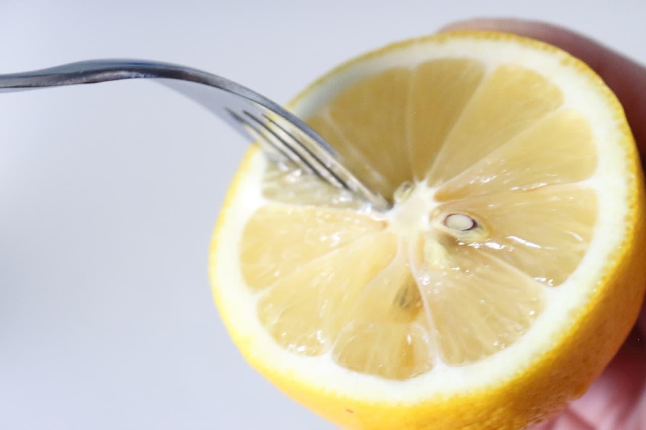 ステップ3、レモンの果肉に数か所フォークを突き刺します。