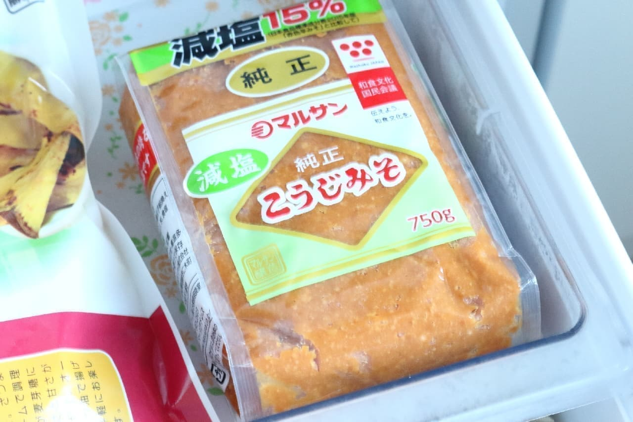 ステップ1、袋入りの味噌を冷凍庫で丸一日保存します。
