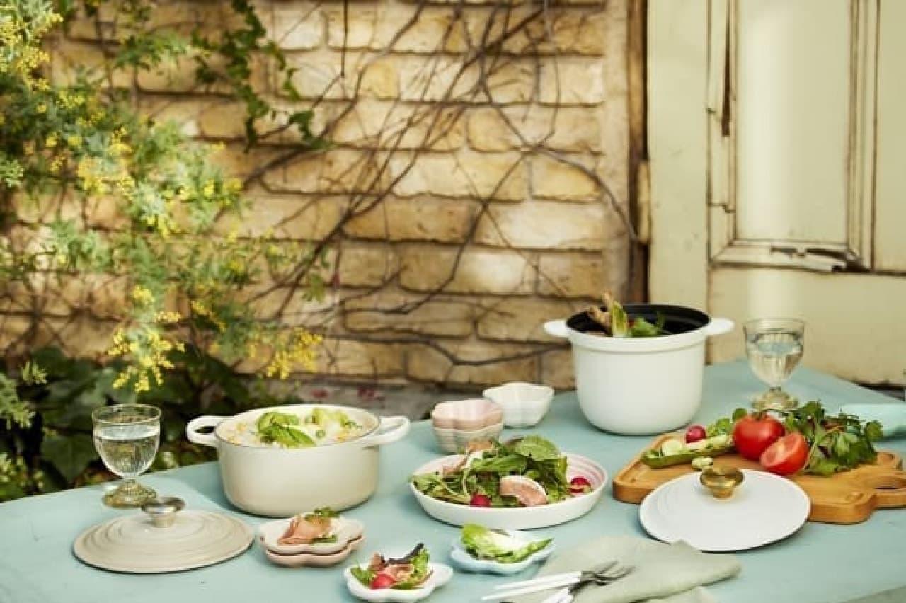 新生活が華やぐ♪ル・クルーゼ「フラワーコレクション」--可愛いシェルピンクの鍋や食器、ギフト向きセットも