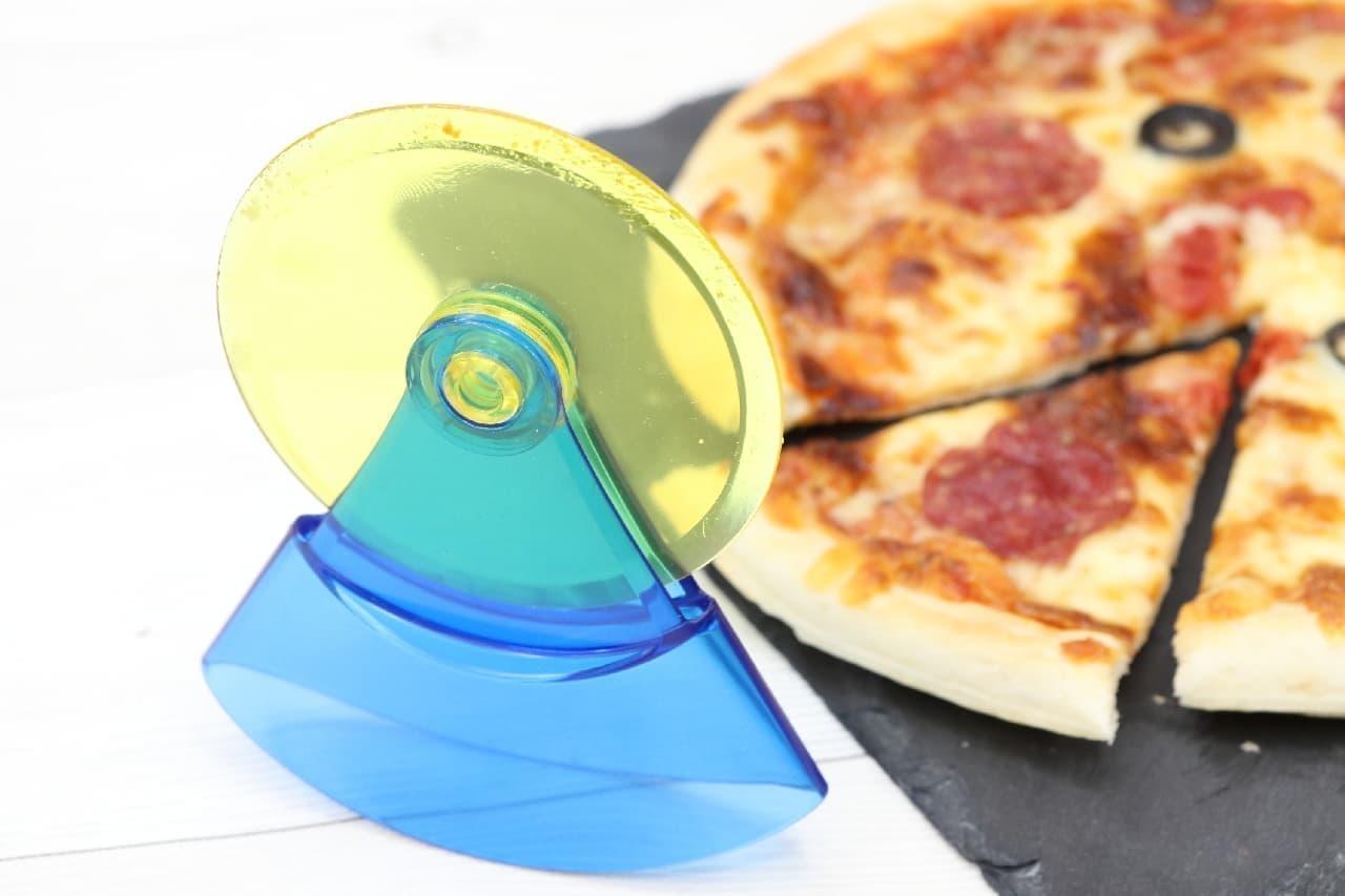 包丁はもう使わない♪便利な自立型の「スイングピザカッター」--子どもも安心のプラスチック製、パイやクッキー作りにも