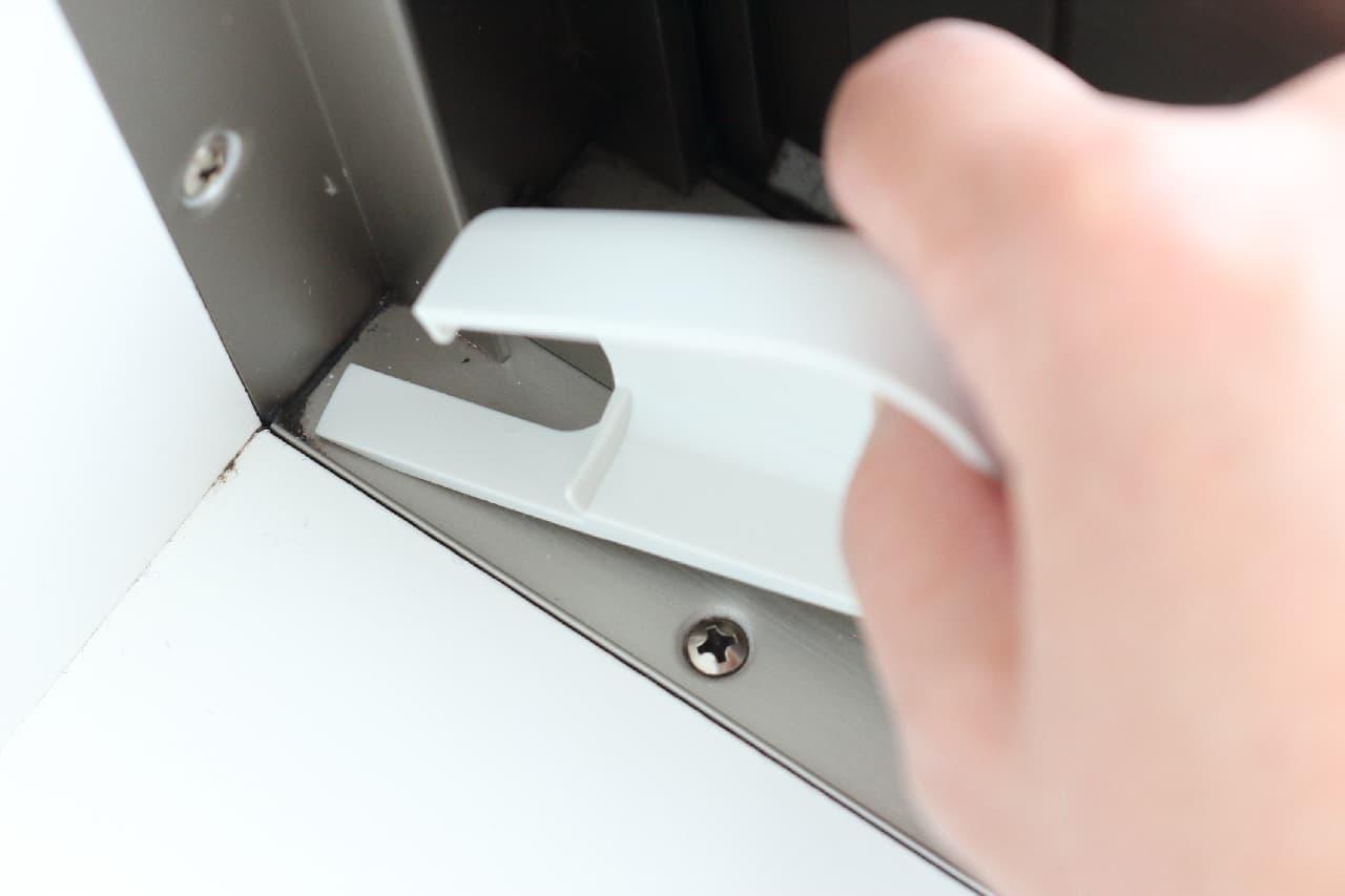 窓枠のホコリをサッと掃除♪マーナ「サッシブラシ」は手首にやさしい--カバー付きで収納もすっきり