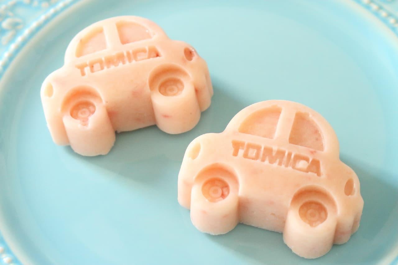 「TOMICA」の文字が刻まれた可愛いクルマ型のケーキ型