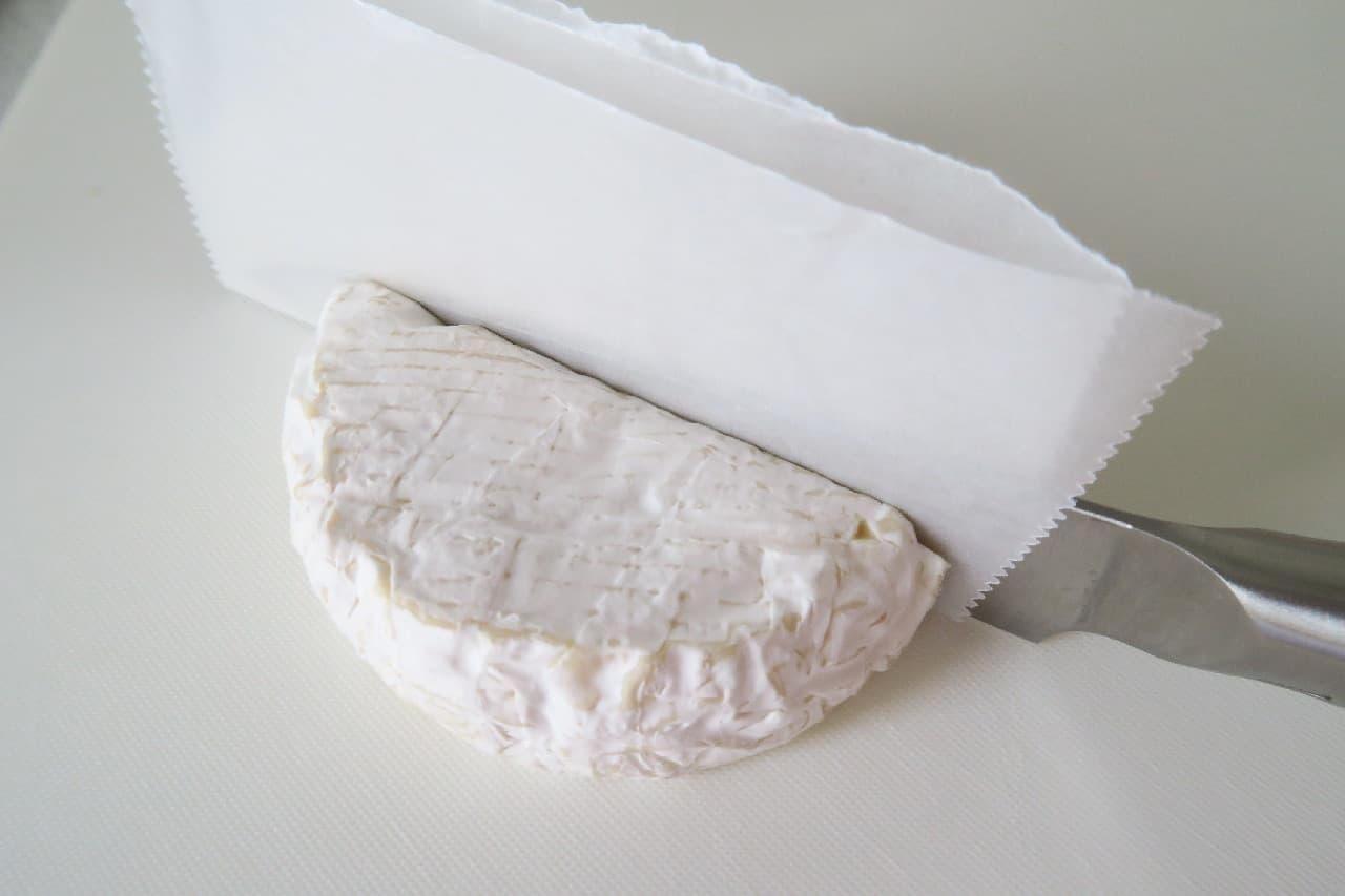 ステップ2カマンベールチーズのきれいな切り方 -- クッキングシートで簡単に