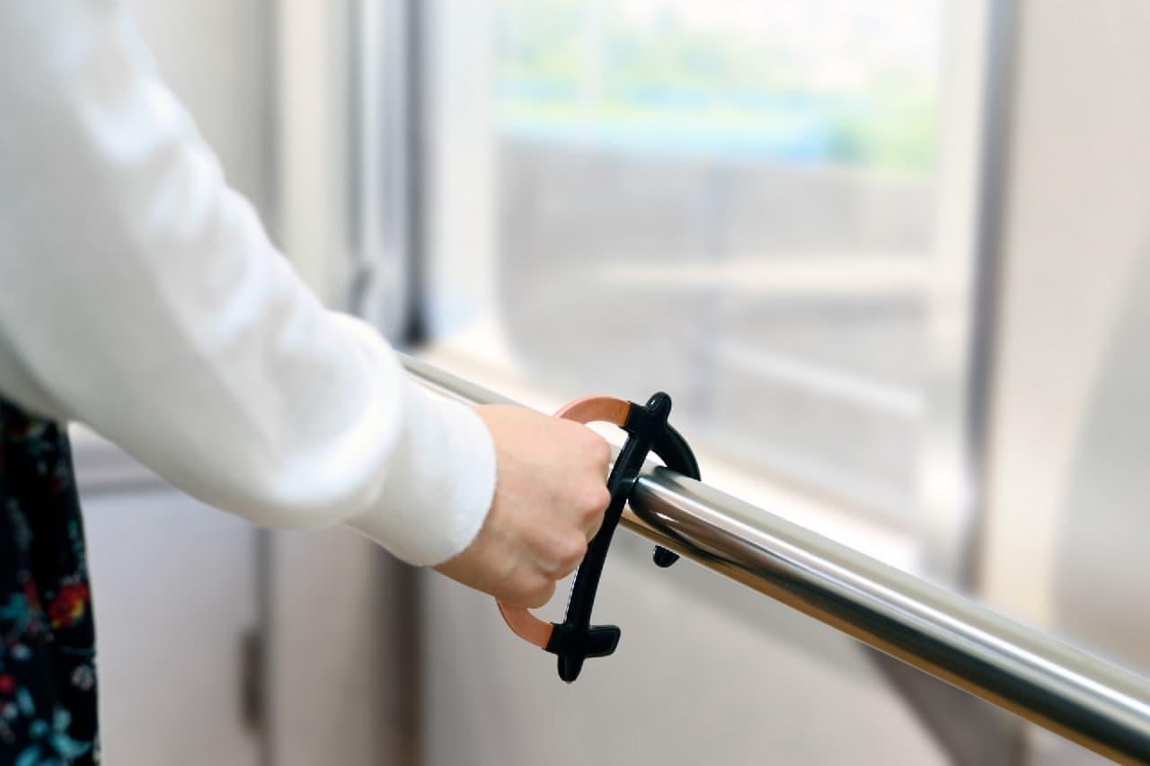 電車の吊り革や手すりをつかむのに役立つ純銅製「Touchless Grip(タッチレスグリップ)」